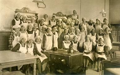 junge Maedchen lernen Kochen  1930
