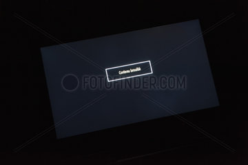 Monitor displaying scrambled content in French
