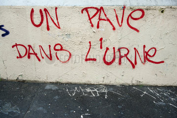 Graffiti on wall reading un pave dans l'urne
