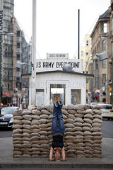 Frau praktiziert Yoga in Berlin am Checkpoint Charlie