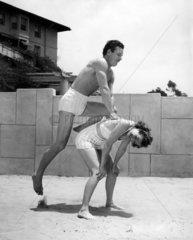 Mann und Frau beim Bockspringen