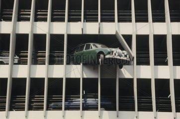 Auto durchbrach Parkhauswand