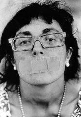 Frau mit Heftpflaster auf dem Mund