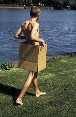 Nackter Mann im Karton