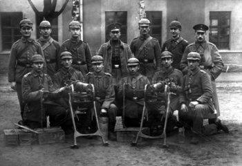 Soldatengruppenbild mit Maschinengewehr