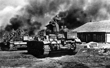 Soldaten kaempfen in einem Dorf ca 1944