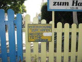Schild Hinweis kein Durchgang zum Hafen sign no trespass