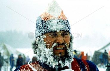 Mann mit Eiszapfen im Gesicht