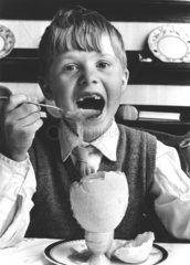 Junge isst Ei