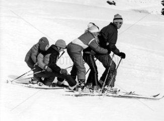 Familie faehrt Ski