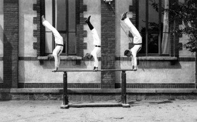 3 Maenner machen Handstand
