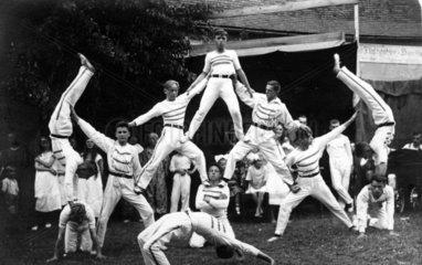 Turner machen Akrobatik