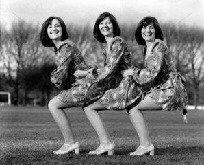 drei Frauen in der Hocke