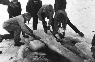 Kreuz aus Eis wird geborgen