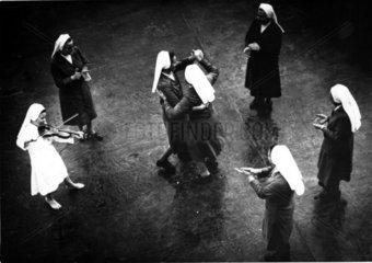 Nonnen tanzen