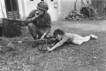 Soldat mit Kind  Kind mit Gewehr