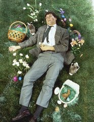 ohnmaechtiger Mann Ostern Liebe Kuss