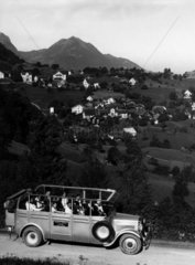 Ausflugsbus in den Bergen