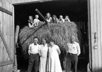 Familie vor der Scheune