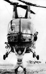 Mann hebt Hubschrauber