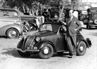 Mann mit kleinem Auto auf Parkplatz
