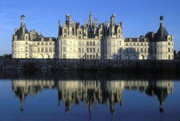Schloss Chambord spiegelt sich in der Loire