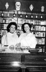 Zwei Frauen in einer Apotheke