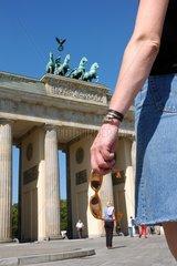 Touristin am Brandenburger Tor