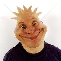 Mann grinst und sieht aus wie Dino