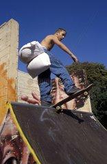 Skateboardfahrer mit Kissen am Po auf einer Rampe