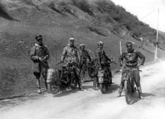 5 Maenner mit Motoraedern Berge