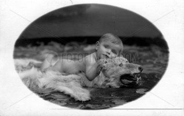Baby auf Baerenfell (historisch)