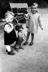 2 Maedchen mit Hund (Dackel)