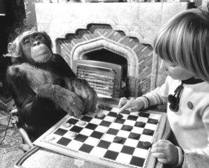 No. 1 Maedchen und Schimpanse spielen Muehle