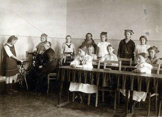 Naehkurs in der Schule  1920