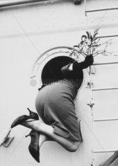 Frau schaut durch Bullauge