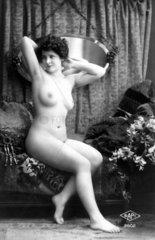 Frau mit Schlitten  1930