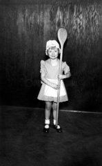Maedchen mit grossem Kochloeffel  1930
