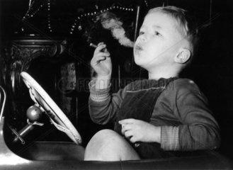 Junge beim rauchen