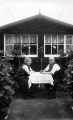 altes Paar langweilt sich  1930