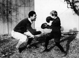 Max Schmeling boxt mit kleinem Jungen  1940