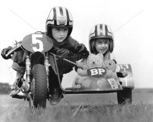 2 Kinder fahren Motorrad