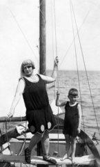 Mutter und Sohn posieren auf Boot