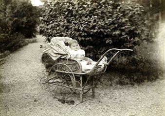 Baby im Kinderwagen  1920