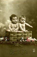 Zwei dicke Babys im Korb 1910