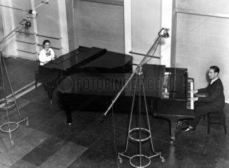 Mann und Frau spielen Klavier  1920