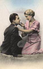 Frau streichelt Mann am Kinn  1920