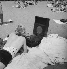 Frau mit Radio am Strand  1920
