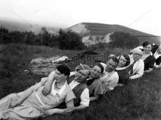 7 liegen im Gras  1920