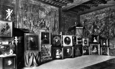 Viele Gemaelde in einem Raum  1920